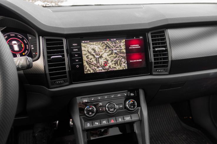 A fedélzeti navigáció 9 colos kijelzőt kapott, innen vezérelhető a Canton audiorendszer is