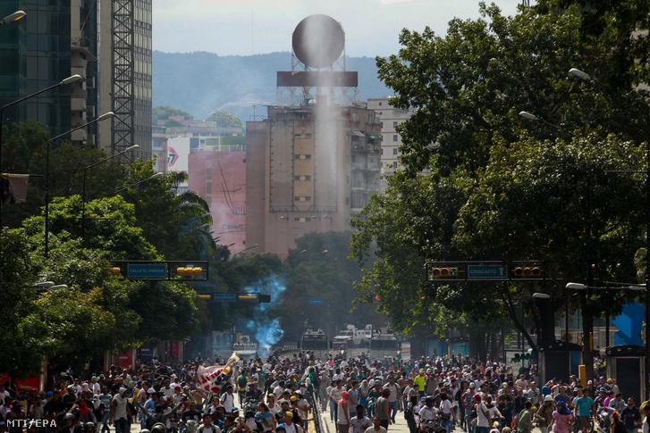 Nicolás Maduro venezuelai elnök és kormánya ellen tüntetnek Caracasban 2019. január 23-án. Ezen a napon százezrek vonultak utcára Venezuela több nagyvárosában, követelve Nicolás Maduro államfő lemondását, valamint azt, hogy az ellenzéki többségű parlament elnökét, Juan Guaidót nevezzék ki elnöknek.