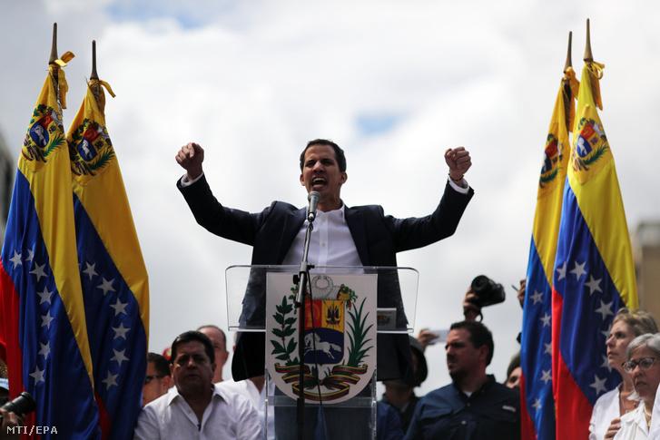 Juan Guaidó, a venezuelai ellenzéki többségű parlament elnöke támogatóihoz beszél, miután ideiglenes elnökké nyilvánította magát a hivatalban lévő államfő, Nicolás Maduro elleni tüntetésen Caracasban 2019. január 23-án.