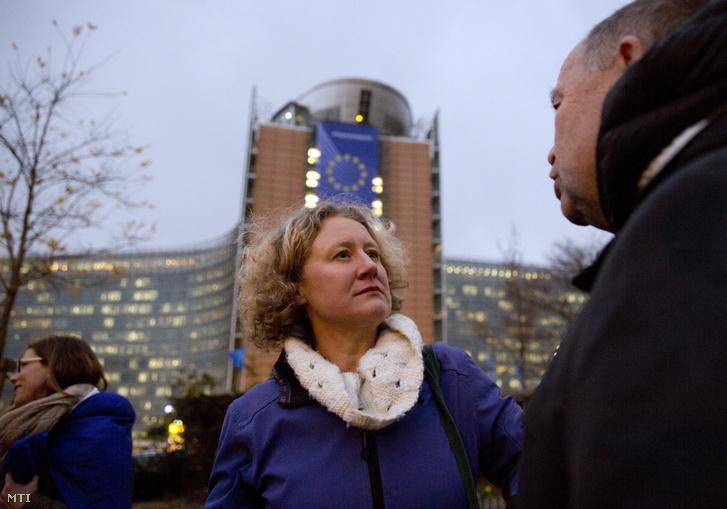 Judith Sargentini zöld párti és Szanyi Tibor MSZP-s európai parlamenti képviselő egy Orbán Viktor miniszterelnök politikája ellen tiltakozó brüsszeli tüntetésen a Robert Schuman téren 2019. január 8-án.