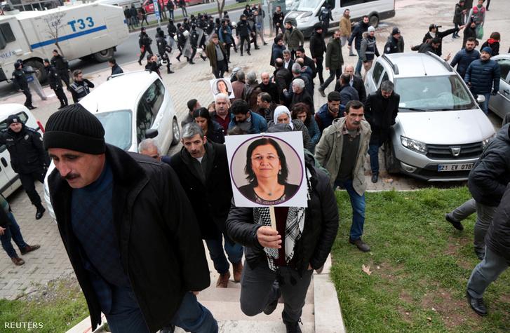 Leyla Gülen szabadonengedéséért tüntetők Diyarbakir városában