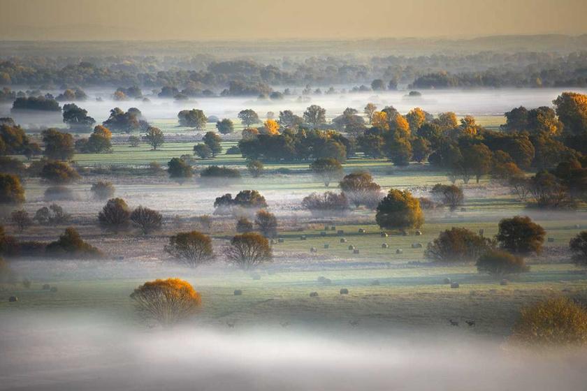 Lélegzetelállító látvány, ahogy a köd öleli a magyar tájat: festeni sem lehetne szebbet