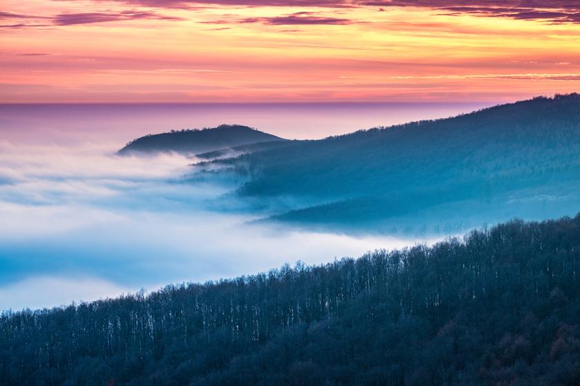Fantasztikus látvány, ahogy a Mátra hegycsúcsai közé beférkőzik a sűrű köd.