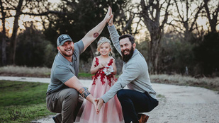 Imádja az internet a kislányt, akinek két apukája van