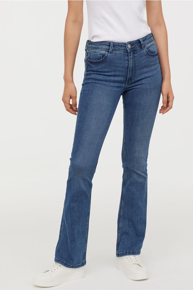 A H&M sötétebb trapéznadrágja igen divatos idén, ráadásul hosszabbnak mutatja a lábakat. 8995 forintért vásárolhatod meg.