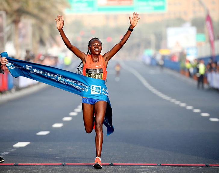 Ruth Chepngetich a világ harmadik legjobb idejével nyerte a Dubaj Maratont