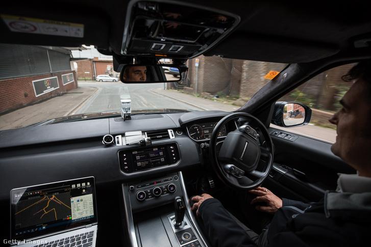 Fejlesztői csapat vezeti az önvezetésre alkalmas Range Rover SUV az angliai Coventry-ben, 2018. október 8-án