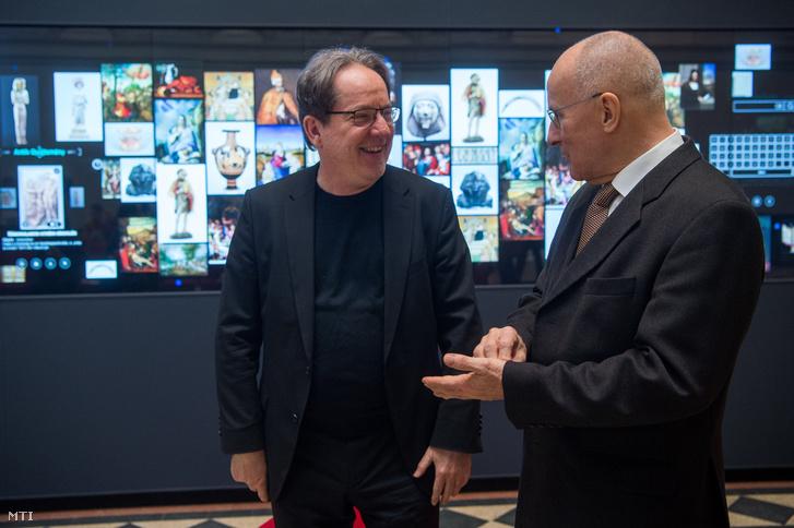 Baán László, a Szépművészeti Múzeum főigazgatója (b) és Gerhardt Ferenc, a Magyar Nemzeti Bank (MNB) alelnöke a világ legnagyobb, érintőképernyős múzeumi LCD falának átadásán a Szépművészeti Múzeum Márvány csarnokában 2019. január 22-én