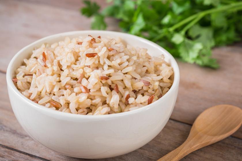 A gyerekek zöme szereti a rizst, de a fehér helyett jobb a barnát választani. Ennél a verziónál a rizsszem külső héja fent marad, és kiváló rostforrás a szervezet számára. Emésztéssegítő, anyagcsere-pörgető. Egy fontos tudnivaló, hogy később fő meg a fehér rizsnél, kell neki körülbelül 45 perc.