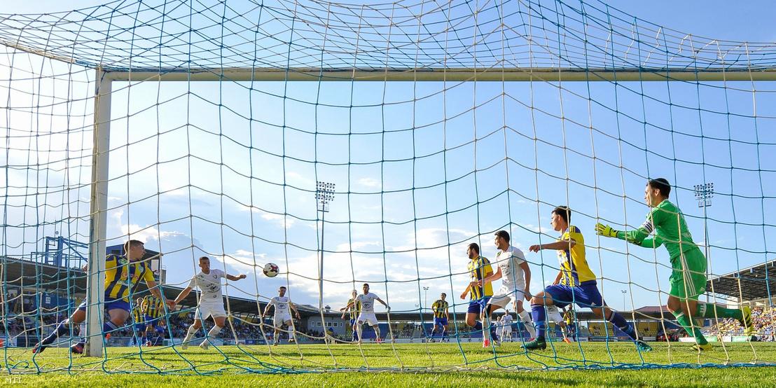 Balmazújvárosi helyzet a mezőkövesdi kapu előtt a labdarúgó OTP Bank Liga 30. fordulójában játszott Mezőkövesd Zsóry FC - Balmaz Kamilla Gyógyfürdő mérkőzésen a mezőkövesdi városi stadionban 2018. május 12-én. Mezőkövesd-Balmazújváros 1-0.