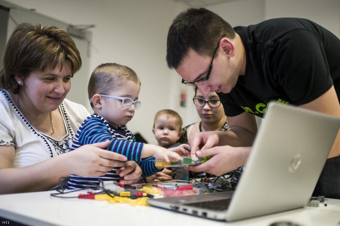 Barsi Martin, a Dr. Code programozó iskola munkatársa (j) Lego-robotot épít kórházi kezelés alatt álló gyermekekkel az egri Markhot Ferenc Kórházban 2018. február 1-jén