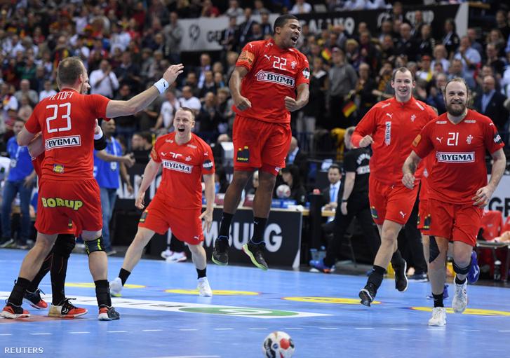 Dán kézilabda játékosok ünneplik győzelmüket a Németország elleni elődöntő végén 2019. január 25-én