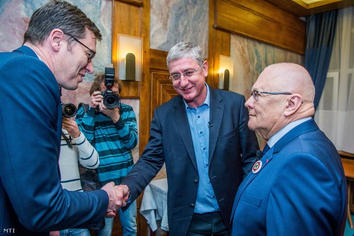 Karácsony Gergely az MSZP-Párbeszéd miniszterelnök-jelöltje (b) és Gyurcsány Ferenc a Demokratikus Koalíció elnöke kezet fog a Válasszunk! 2018 (V18) fórumán a budapesti Benczúr szállodában 2018. április 4-én.