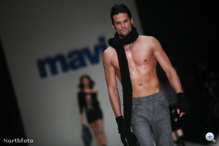 Egy praktikus viselet az isztambuli divathétről: félmeztelenül, de sálban. Nyilván olyanoknak, akiknek a nyakuk érzékeny, de egyébként nem fázósak