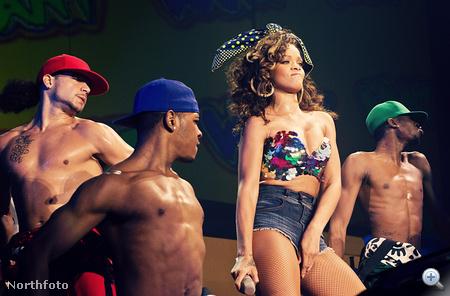 2011-ben Belfastban is volt Rihanna-koncert, méghozzá október 1-én. Itt lőttek egy jó fotót a táncosokról is