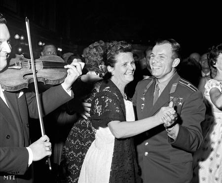 Jurij Gagarin Kádár Jánosnéval táncol azon a fogadáson, amelyet a Magyar Népköztársaság Elnöki Tanácsa adott Gagarin tiszteletére a Parlamentben.