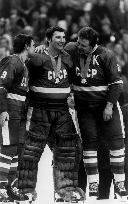 Vlagyiszlav Tretyak kapus az 1984-es téli olimpián szerzett aranyérmét ünnepli csapattársaival