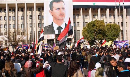 Bassár el-Aszad szíriai elnök támogatói tüntetnek a 2011. december 23-i terrortámadások ellen, Damaszkuszban.