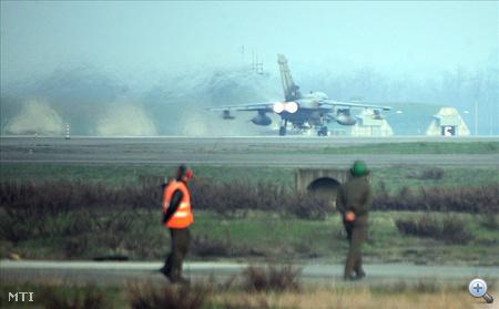 Egy olasz Tornado típusú harci gép készül felszállni a piacenzai San Damiano légi bázisról