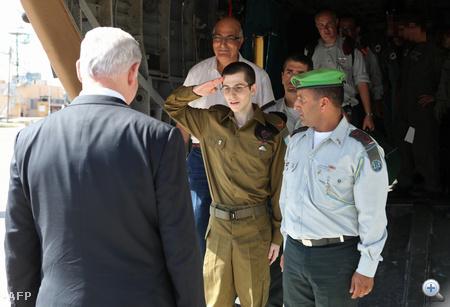 Salit már izraeli katonai egyenruhában érkezett meg a légierő Tel Nof-i bázisára, ahol újabb orvosi vizsgálatok vártak rá, majd találkozhatott szüleivel és Benjámin Netanjahu miniszterelnökkel.