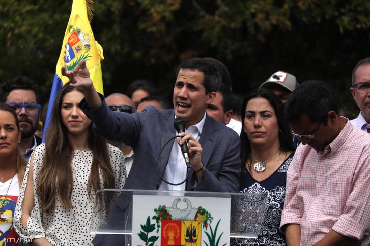 Juan Guaidó egy ellenzéki tüntetésen Caracasban január 26-án.