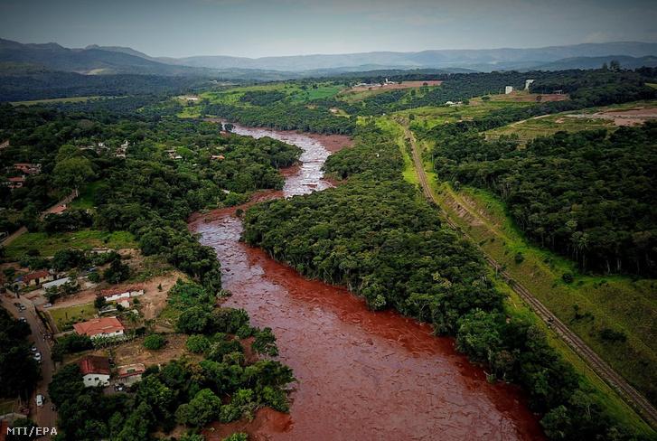 Iszappal elöntött földterület a brazíliai Brumadinho településen 2019. január 25-én.