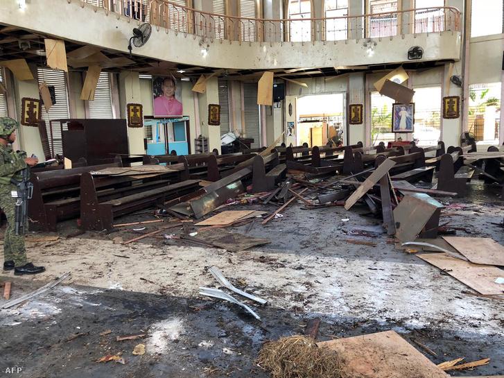 Jolóban, egy katolikus katedrálisban lépett működésbe a robbanószerkezet a mise alatt.