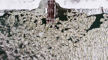 Zajlik a jég, nem jár a tiszacsegei komp, nagyot kell kerülni
