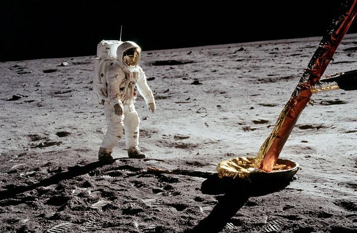 Buzz Aldrin lógatja kezeit az emberiség első holdsétáján. A rakéta, ami odáig juttatta őt Armstronggal ekkor már három darabban volt háromfelé. Az első és a második fokozatok négy napja áztak az óceánban
