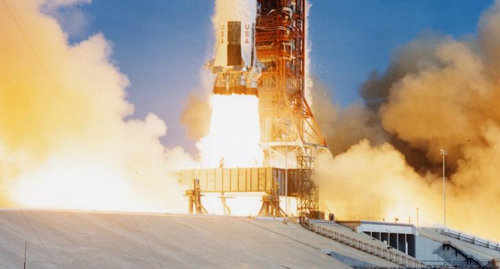 Munkában az ö F-1-es hajtómű, elstartolt az Apollo-11