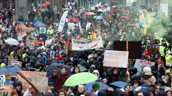 A rossz idő ellenére 70 ezren tüntettek a klímaváltozás elleni küzdelem fokozásáért Brüsszelben