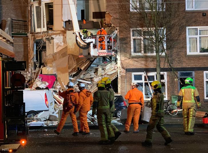 Mentőalakulatok tagjai dolgoznak egy feltehetően véletlen gázrobbanás következtében összedőlt háromszintes lakóház romjainál Hágában 2019. január 27-én.