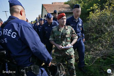 A rendőrök elvezetik Eszes Tamást, a magát Véderőnek nevező szervezet országos megbízott parancsnokát