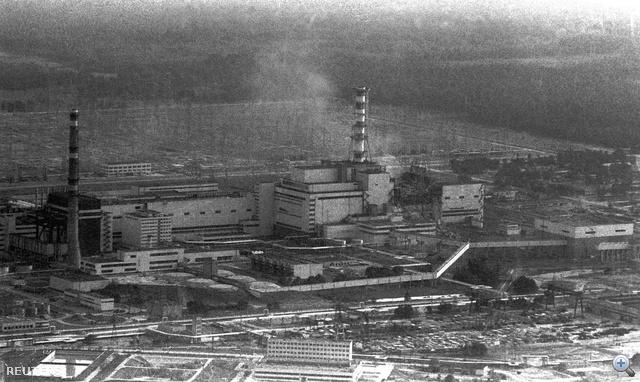 1986. április 26. Légi felvétel a csernobili atomerőműről, nem sokkal a négyes blokk felrobbanása után.