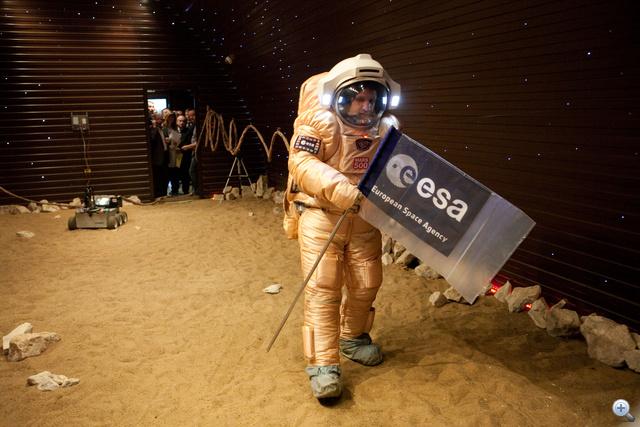 Kitűzik az európai űrhivatal zászlaját a virtuális Marson.