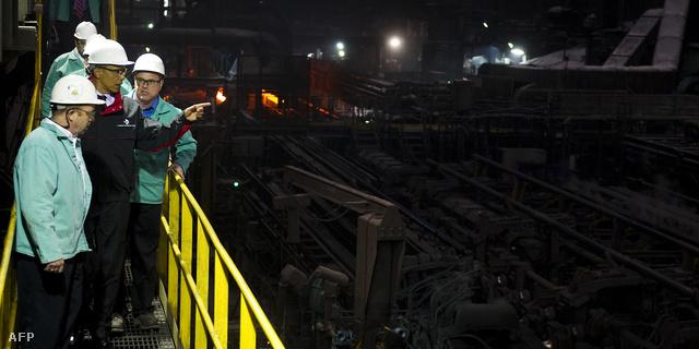 Barack Obama egy olajvezetékeket gyártó üzemben, Ohióban
