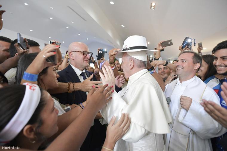 Ferenc pápa a katolikus ifjúsági találkozóra utazott Panamába, és a fiatalok körében hogy ne férne bele egy ilyen gesztus