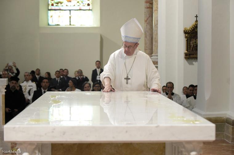 Ferenc pápát általában püspöksüvegben szoktuk látni, aminek a másik neve mitra
