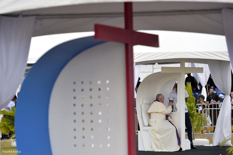 Ferenc pápa természetesen csak néhány fotó kedvéért vette fel a kalapot, ezen a képen például gyóntat, természetesen már kalap nélkül