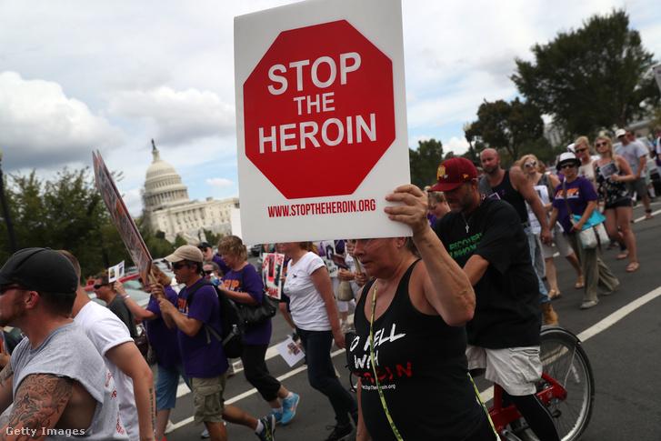 A járványos méretben terjedő heroin és opiáttartalmú fájdalomcsillapítók ellen tüntetők a Capitoliumnál 2016. szeptember 18-án. Az Egyesült Államokban évente 30 ezer ember halálát okozzák az opiáttartalmú szerek.