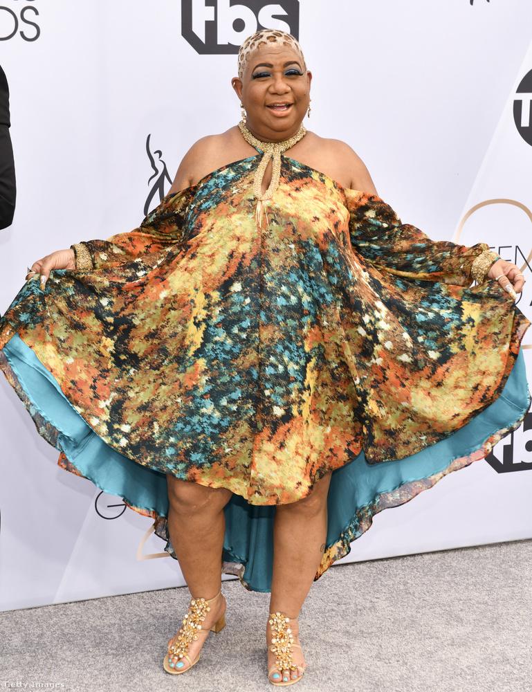 Ezen a képen egy 59 éves humorista-színésznő látható, Luenell