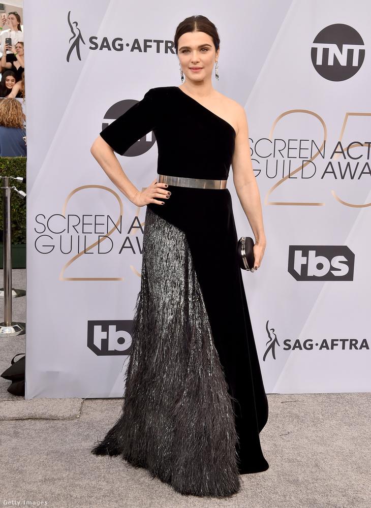 Rachel Weisszel kapcsolatban viszont megint felemás érzéseink vannak, dehát nyilván ez is volt a cél ezzel a fekete-szürke, aszimmetrikus ruhával.