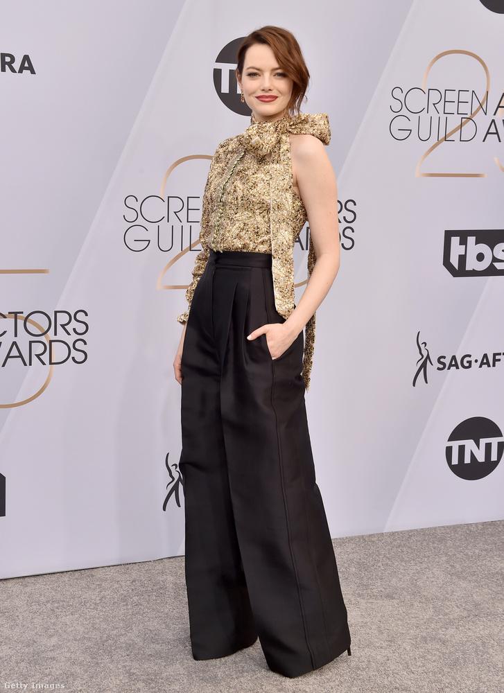 Nagyon mennek most ezek az extrabő szárú nadrágok, Emma Stone is választott magának egyet feketében ehhez az aranyos-masnis felsőhöz.