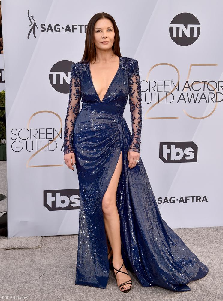 Még egy dekoltált-felsliccelt ruha, ez most Douglasné Catherine Zeta-Jonestól