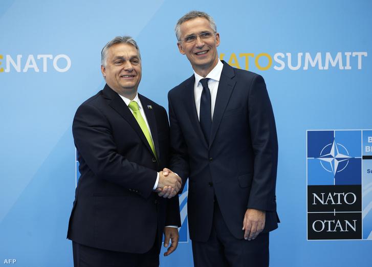 Orbán Viktor kezet fog Jens Stoltenberg NATO főtitkárral 2018. július 11-én, Brüsszelben