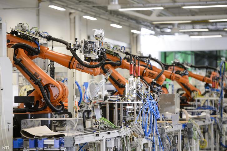 Gyártósor autóalkatrész-gyártó üzemben, Bercelen az átadás napján, 2018. szeptember 28-án.
