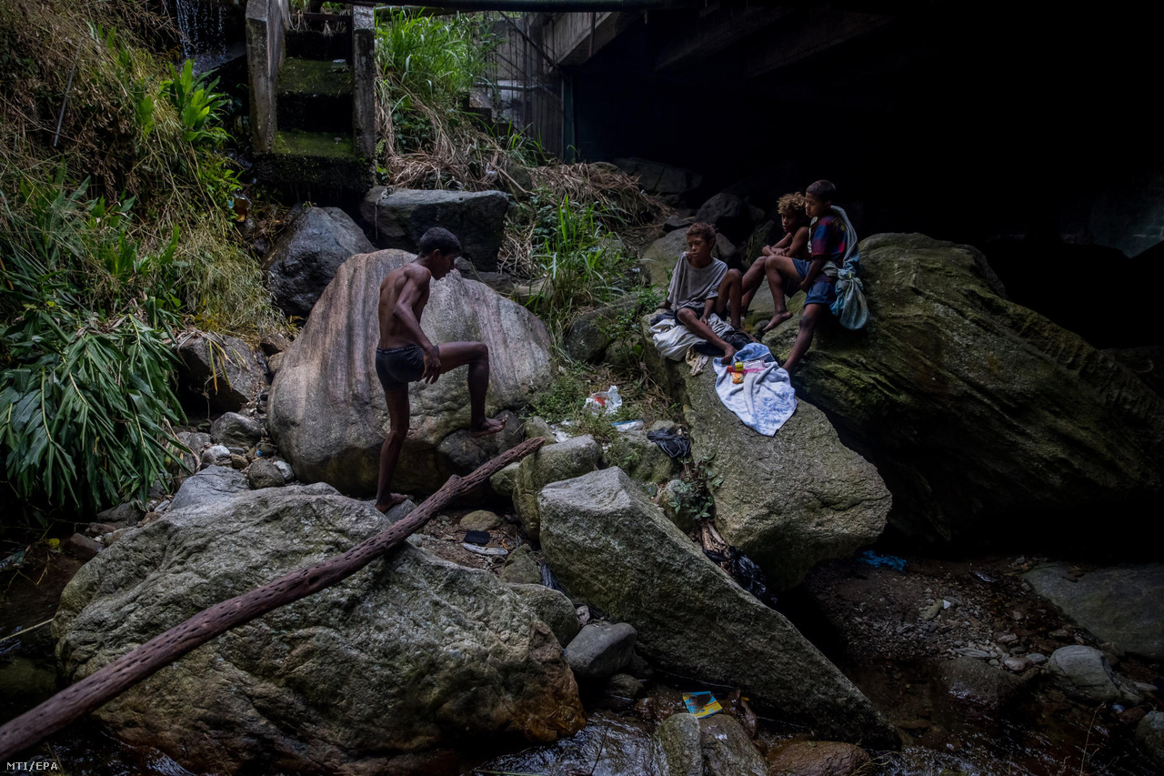 Utcagyerekek fürödni készülnek egy patakban Caracas Chacao városrészében. Egyikük azt mondta, hogy a legrosszabb a hajléktalanságban, hogy a rendőrség is vegzálja őket, volt, hogy megverték őket. Felnőttként többségük legszívesebben futballista lenne, a brazil Neymar az egyik példaképük.