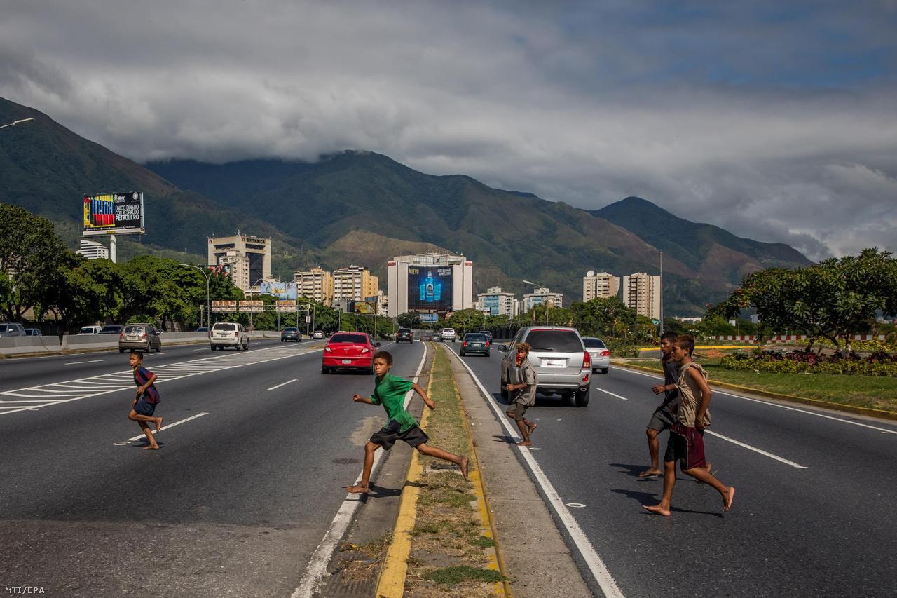 Utcagyerekek futnak át egy többsávos autóúton Caracasban, miután előkerestek egy zsák ruhát, amit még korábban rejtettek el.                         Sokakat az éhség hajtott, mások családi problémák elől menekültek, és látszólag nem mindig függ össze sorsuk az országban kialakult válsággal. A legtöbben mégis azután kerültek sokszor vidékről Caracas utcáira, hogy 2014-ben beszakadt az olajár, és magával rántotta a szociális juttatások hálója, és az egysíkú export miatt egy lábon álló chávezista rendszert.