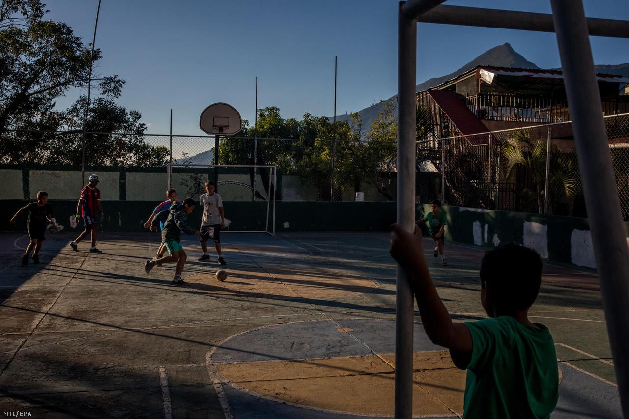 Gyerekek futballoznak a caracasi Casa Hogar Domingo Savio árvaház udvarán. Az otthon befogadott több száz gyereket. Voltak, akik önszántukból választották az utcát, másokat hátrahagyott a családjuk. Az itt lakók egy közeli iskolában tanulhatnak is.