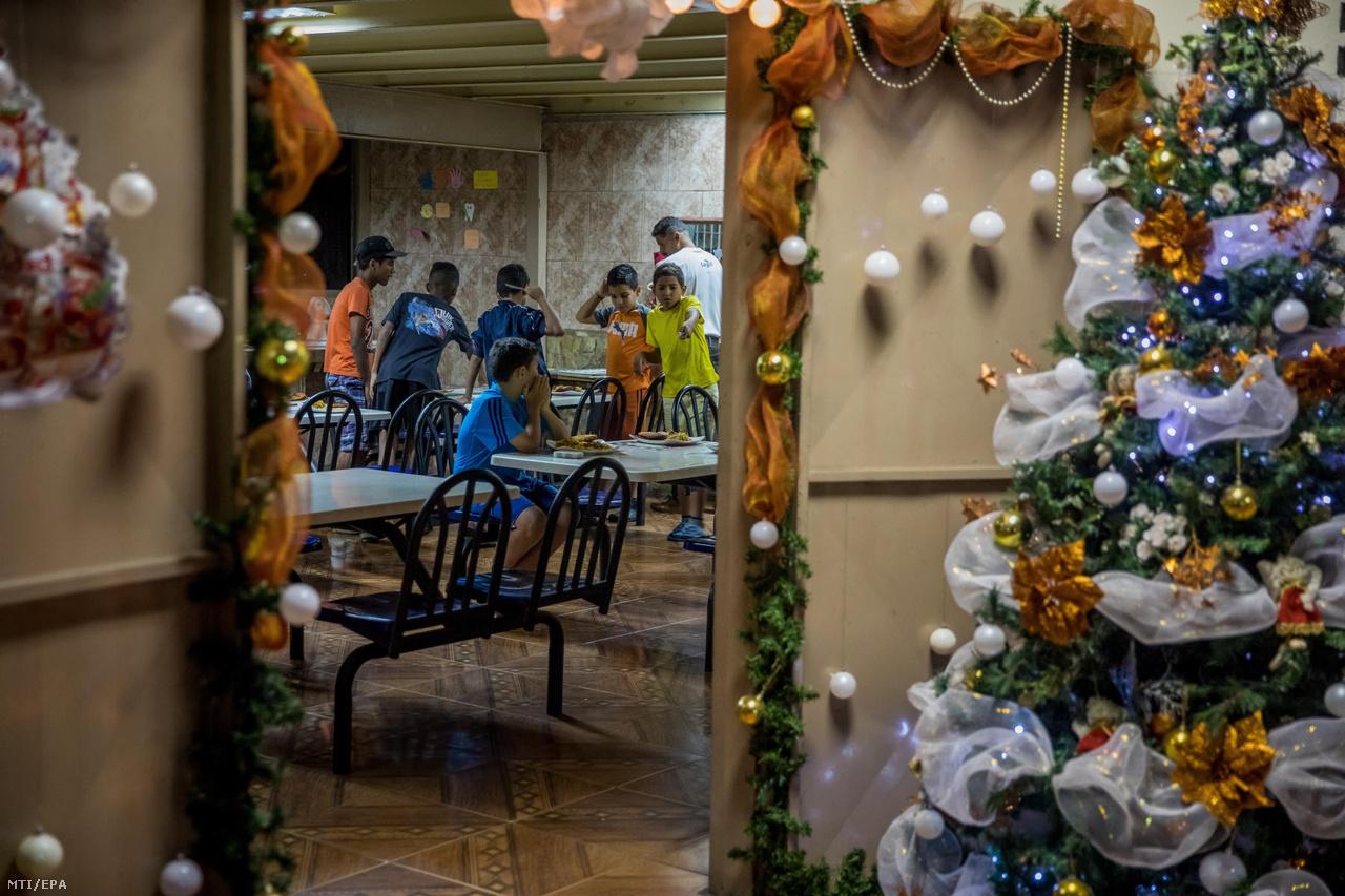 Gyerekek vacsorához készülnek a Casa Hogar Domingo Savio árvaház ebédlőjében. Az otthonban az ételt is befogadott fiatalok készítik a többieknek. Az utcagyerekeknek több civil szervezet is próbál segíteni, hogy legalább ilyen otthonokba kerüljenek.